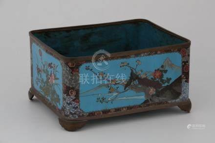 JAPON Début XXème Siècle JARDINIÈRE en cuivre et émaux cloisonnés à décor d'ois