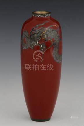 JAPON Période Meiji (1868-1912)  VASE en cuivre émaillé à décor de dragon sur f