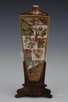 JAPON Vers 1900 VASE de forme triangulaire en faïence de Satsuma à décor de Loh