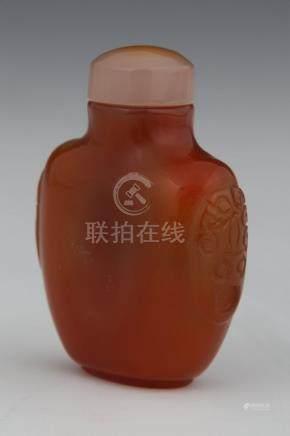 CHINE  TABATIERE en agate épaulée de deux mascarons H. 6,5 cm