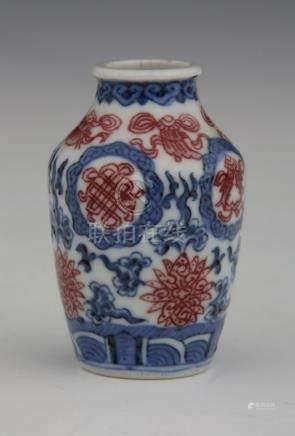 CHINE  FLACON TABATIERE en porcelaine bleu-blanc à décor de motifs auspicieux