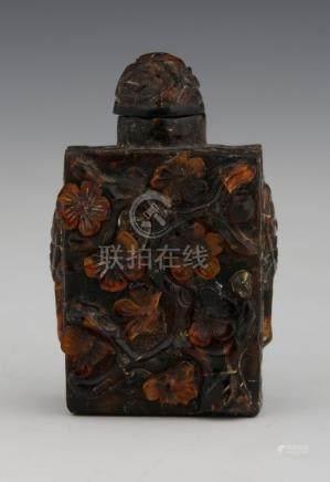 CHINE  TABATIERE en ambre sculptée de branchages fleuris et mascarons de lion H