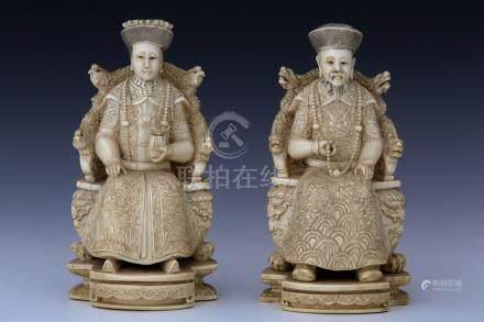 CHINE Début XXème Siècle  PAIRE DE DIGNITAIRES en ivoire finement sculpté  Empe