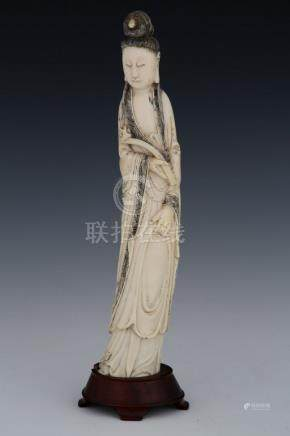 CHINE DEBUT DU XIXème Siècle  GUANYIN en ivoire sculpté tenant un sceptre  Sur