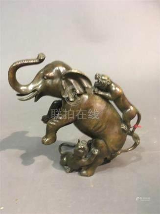 CHINE Sujet en bronze patiné, éléphant et tigres 19ème siècleH: 17 cm