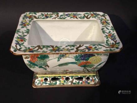 CHINE Jardinière en porcelaine polychrome  à décor dans le style de la famille