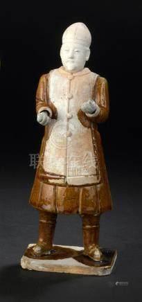 Statuette de dignitaire en terre cuite émaillée ocreChine, époque Ming, XVIIe s