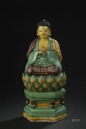 Statue de Bouddha en terre cuite émaillée jaune, vert et aubergineChine, XVIIe