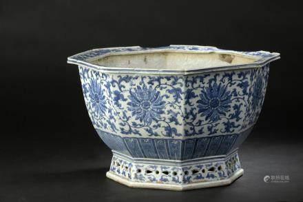 Jardinière en porcelaine bleu blancChine, XVIIIe siècleOctogonale, le pied évas