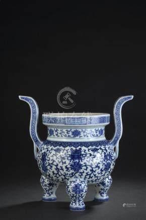 Brûle-parfum tripode en porcelaine bleu blancChine, marque et époque Jiaqing (1