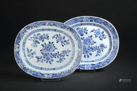 Paire de plats en porcelaine bleu blancChine, XVIIIe siècleOvales, à décor d'ar