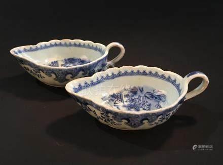 Paire de saucières en porcelaine bleu blancChine, XVIIIe siècleL'intérieur à dé