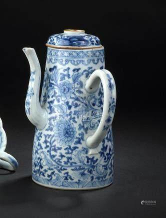 Cafetière couverte en porcelaine bleu blancChine, XVIIIe siècleTronconique, agr