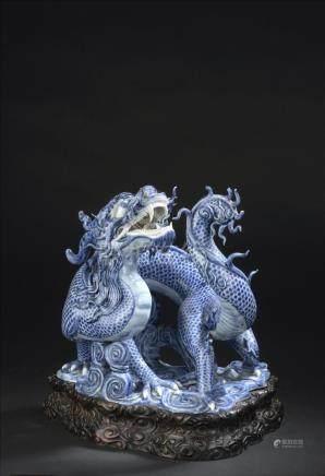 Dragon en porcelaine bleu blancChine, XXe siècleReprésenté debout sur des nuage
