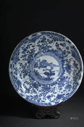 Plat en porcelaine bleu blancChine, époque Kangxi (1662-1722)à décor rayonnant