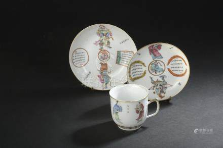 Deux soucoupes et une coupe en porcelaineChine, début du XXe siècleD. 14,5 cm e