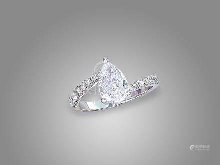 1.02卡拉梨形鑽石配鑽石戒指鑲18K白金