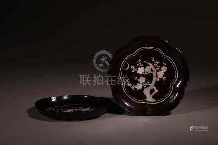 明黑漆嵌螺鈿梅花紋花形盤2枚一組