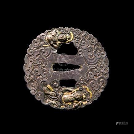 JAPON - Epoque EDO (1603 - 1868)Maru gata en fer à décor ciselé et incrusté de
