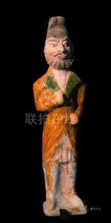 CHINE - Epoque TANG  (618-907)Statuette en terre cuite émaillée vert et jaune,