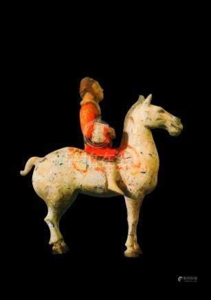 CHINE - Epoque HAN  (206 av. JC - 220 ap. JC)Statuette de cavalier à l'arrêt en