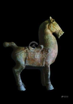 CHINE, Sichuan - Epoque HAN  (206 av. JC - 220 ap. JC)Cheval sellé à l'arrêt en
