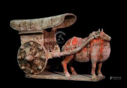 CHINE - Epoque  WEI (386-557 ap. JC)Chariot attelé à un buffle en terre cuite à
