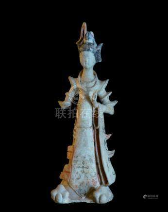 CHINE - Epoque TANG  (618-907)Statuette de dame de cour debout en terre cuite à