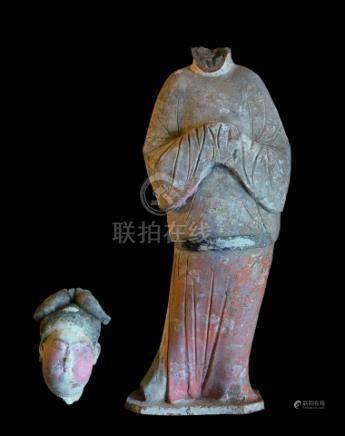 """CHINE - Epoque TANG  (618-907)Statuette de """"fat lady"""" en terre cuite à traces d"""