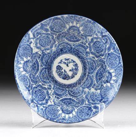 A SMALL BLUE AND WHITE CERAMIC PLATE,