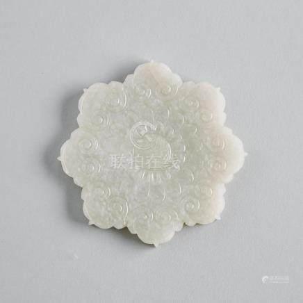 A White Jade Flowerhead Plaque, 18th/19th Century, 十八/十九世紀 白玉菊花如意頭紋花牌, diameter 3.3 in — 8.3 cm
