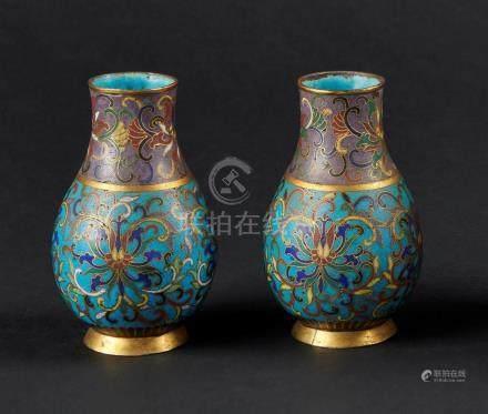 CHINE - XIXe sièclePaire de petits vases balustres en bronze et émaux cloisonné