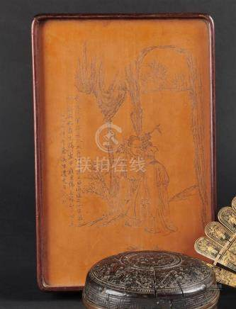 CHINE - Vers 1900Plaque en bambou à décor incisé d'un couple de personnages par