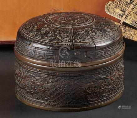 CHINE - Vers 1900Boite circulaire en étain et noix de coco sculptée d'objets de