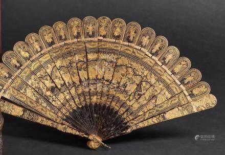CHINE, Canton - XIXe siècleEventail à 20 brins en laque noire et or à décor dan