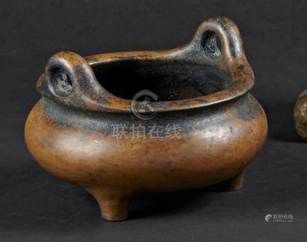 § CHINE - XIXe siècleBrûle-parfum en bronze à patine brune, à deux anses. Au re