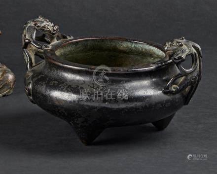 § CHINE - XVIIIe/XIXe siècleBrûle-parfum tripode en bronze à traces de laque no