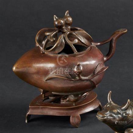 CHINE - Vers 1900Brûle parfum en bronze à patine brune en forme de pêche de lon