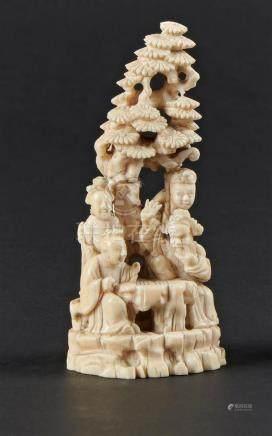 CHINE, Canton - XIXe sièclePetit groupe en ivoire sculpté représentant des joue
