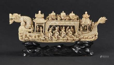 CHINE, Canton - XIXe siècleGroupe en ivoire, bateau dragon empli de personnages
