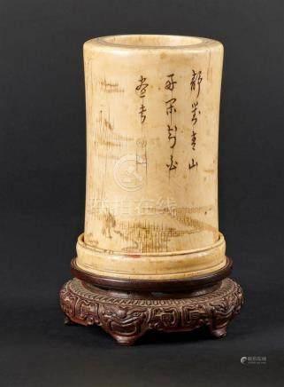 CHINE - XVIIe/XVIIIe sièclePorte pinceaux en ivoire à décor incisé de personnag