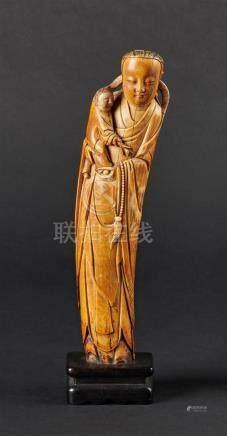 CHINE - Epoque MING  (1368 - 1644)Statuette en ivoire, jeune femme debout tenan