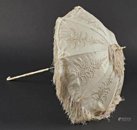 CHINE - XIXe siècleOmbrelle en soie beige brodé de fils beiges muguets, le manc