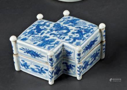 § CHINE - XIXe siècleBoite en forme de double losange en porcelaine décorée en