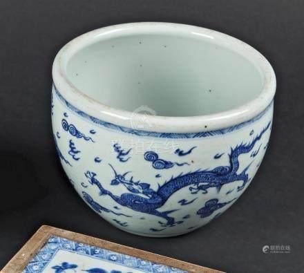 § CHINE - XVIIIe sièclePetite jarre en porcelaine décorée en bleu sous couverte