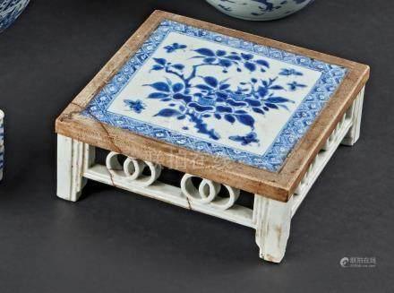 § CHINE - XVIIIe sièclePetite table de lettré en porcelaine décorée en bleu sou