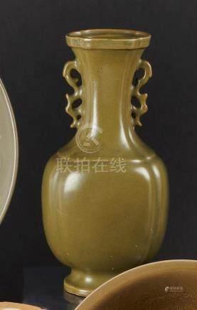 """§ CHINE - XIXe siècleVase balustre en porcelaine émaillée """"poudre de thé"""", deux"""