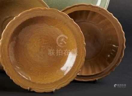 CHINE, Fours de Longquan - XVe siècleDeux plats polylobés en grès émaillé kaki