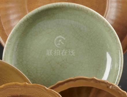 CHINE - XIXe sièclePlat rond en grès émaillé céladon craquelé. Diam. 26,5 cm.