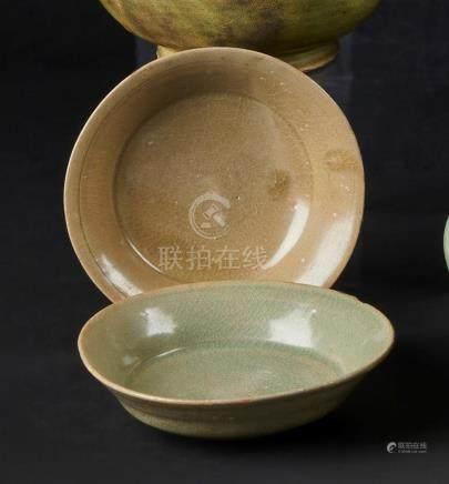 § CHINE - Epoque SONG  (960 - 1279)Deux  bols en grès émaillé céladon craquelé.